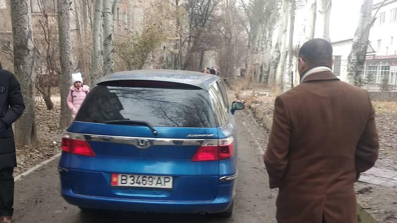 Водител Honda Airwave проехал по тротуару в мкр Аламедин-1(фото)