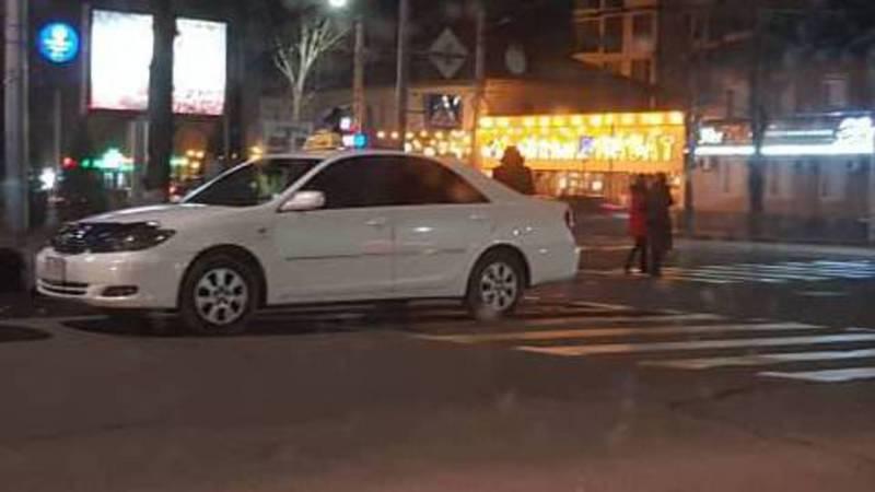 На Байтик Баатыра-Горького две «Тойоты» по-хамски припарковались (фото, видео)
