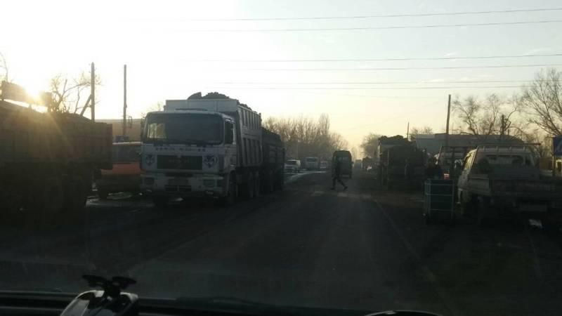 В Бишкеке на ул.Мурманская водители грузовых авто беспорядочно паркуют свое авто (фото)