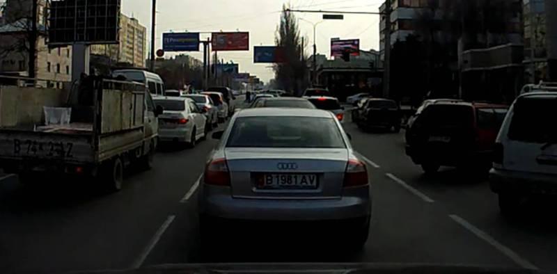 Водитель «Ауди» убегал от патрульной машины по центральным улицам Бишкека (видео)