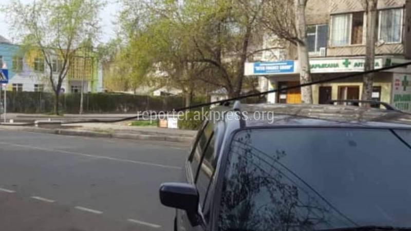В Бишкеке на Чокморова и Калыка Акиева со столбов свисает провод, - горожанин (фото)