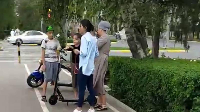 На Южной магистрали велосипедную дорожку занимают продавцы напитков и шариков (видео)