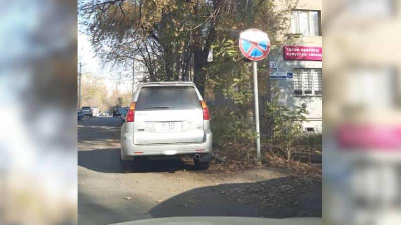 На Горького-Тыныстанова водитель «Лексуса» припарковался в неположенном месте