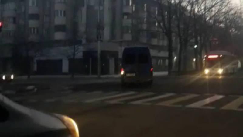 На ул.Киевской водитель маршрутки проехал на красный свет светофора. Видео