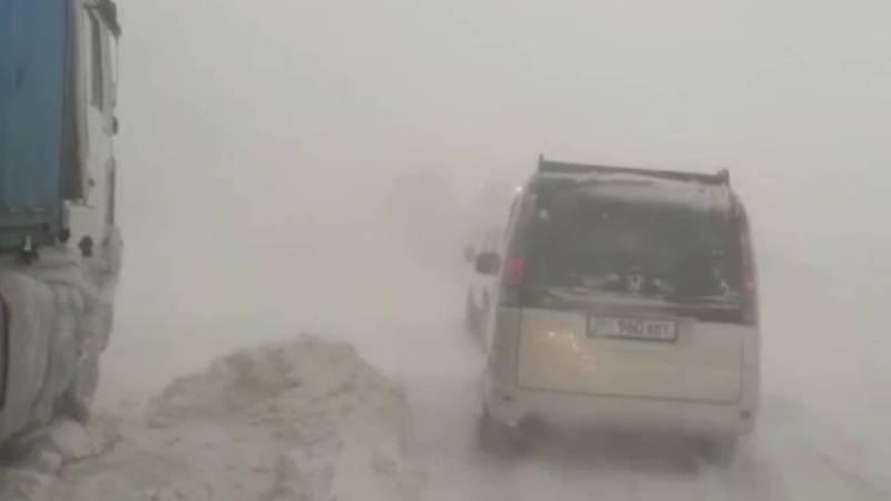 Видео — Снежная буря на трассе Ош-Эркечтам