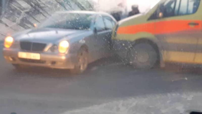 В Жалал-Абаде карета скорой помощи столкнулась с легковушкой. Фото