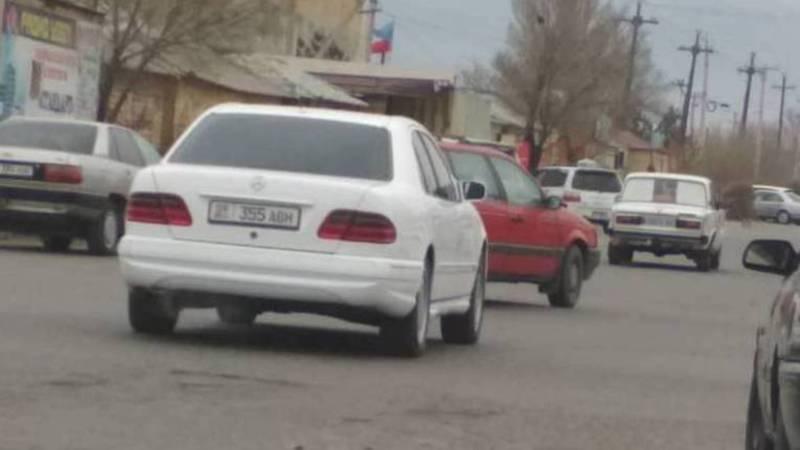 В Балыкчы замечена еще одна затонированная машина. Фото