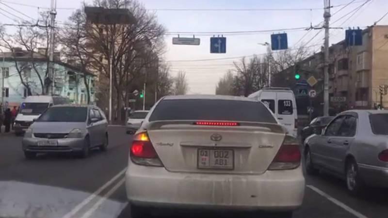 Бишкекчанин просит добавить дополнительную секцию светофора на Манаса-Боконбаева. Видео