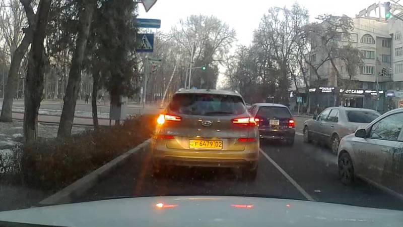Водитель авто с иностранными номерами не пропустил пешехода и проехал на красный свет светофора. Видео