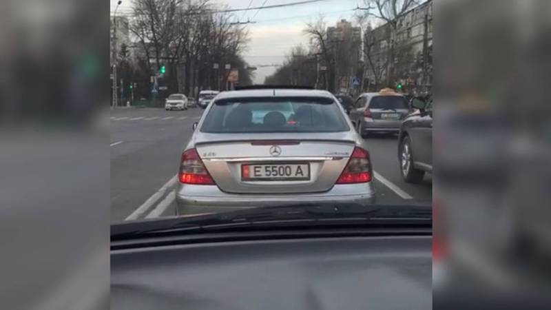 На улице Абдрахманова водитель «Мерседеса» нарушил несколько ПДД. Видео