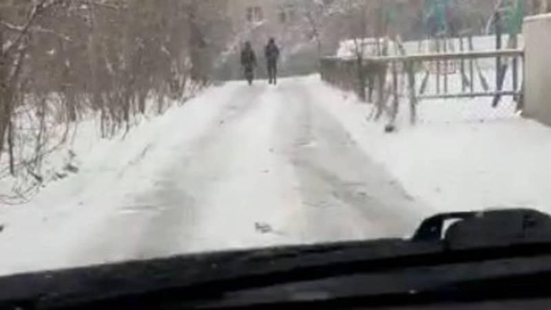 Бишкекчанин просит отремонтировать улицу в 8 мкр. Видео
