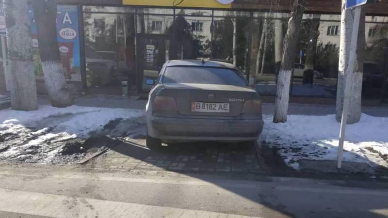 На улице Жаманбаева «БМВ» закрыл путь к «зебре». Фото