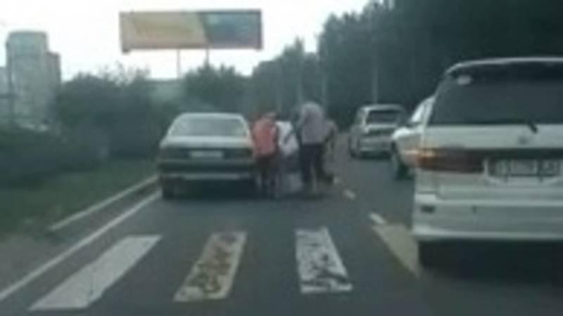 На пешеходном переходе на Южной магистрали сбили человека, - очевидец. Видео