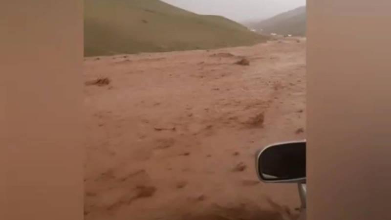 На трассе Ош—Ноокат сошли селевые потоки. Видео