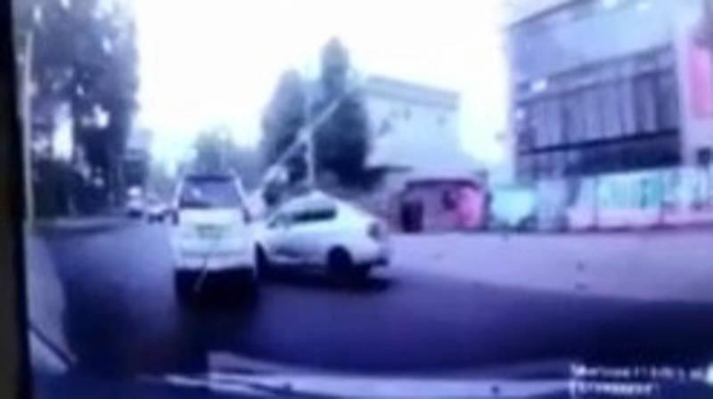 Таксист, не справившись с управлением, столкнулся с Lexus GX 470. Видео