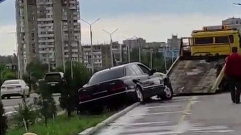 Легковушка вылетела с дороги на Южной магистрали. Видео
