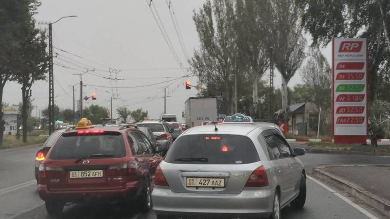 Неправильно работающий светофор создает пробки на ул.Анкара