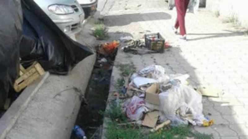 Горожанин жалуется на мусор от стихийной торговли на ул.Ауэзова. Фото