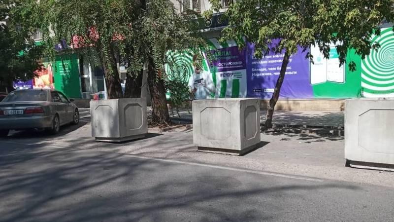 Водитель Болат просит убрать бетонные горшки для цветов, установленные на парковочных местах. Фото