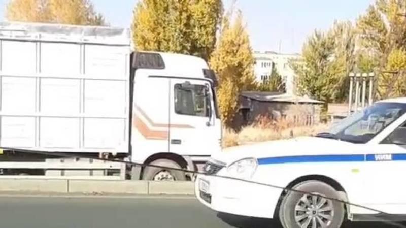 Грузовик с прицепом заблокировал проезд, - очевидец