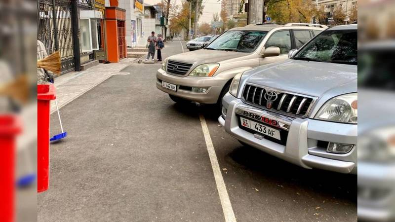 В Бишкеке возле Кыргызско-Швейцарского банка машины паркуют, загораживая велодорожку