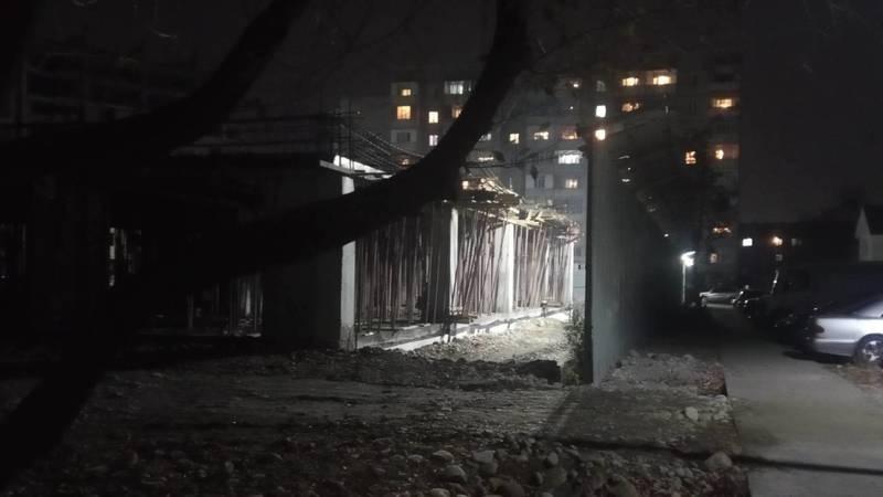 На стройке на Суванбердиева убрали часть забора, дети заходят на территорию, - горожанин