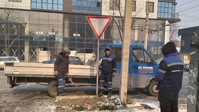 Сотрудники патрульной милиции восстановили дорожный знак на Ахунбаева