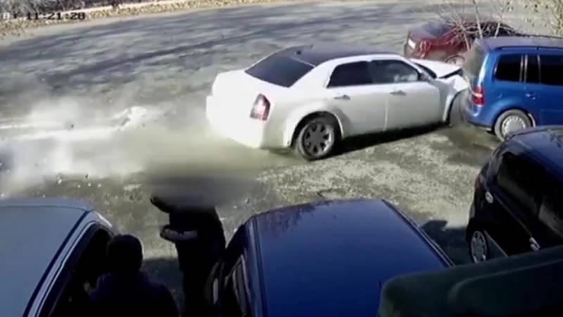В Оше Chrysler слетел с дороги и протаранил машину. Видео аварии