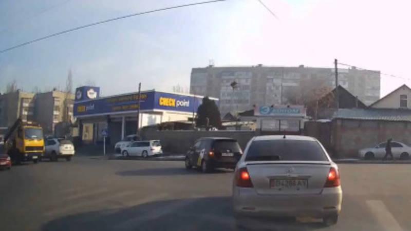 Эвакуатор «Мерседес», у которого 55 тыс. сомов штрафов в Carcheck, повернул со второй линии, - очевидец