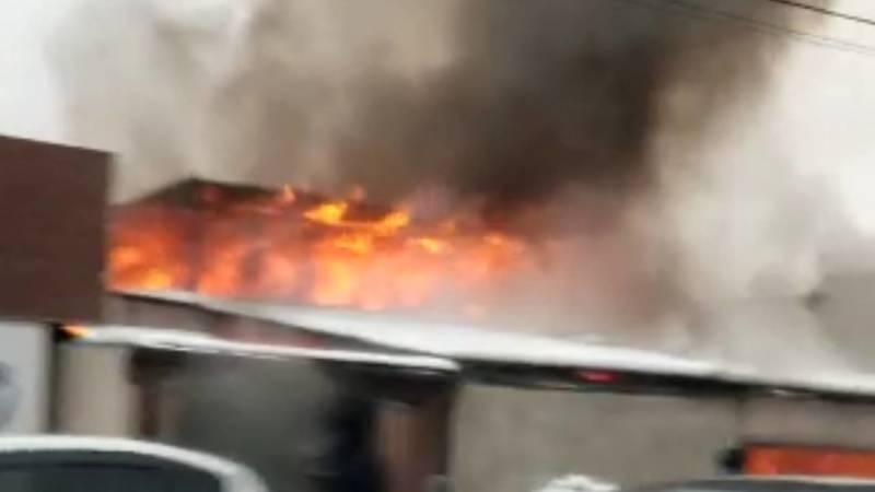 Напротив СИЗО-1 в Бишкеке горит частный дом