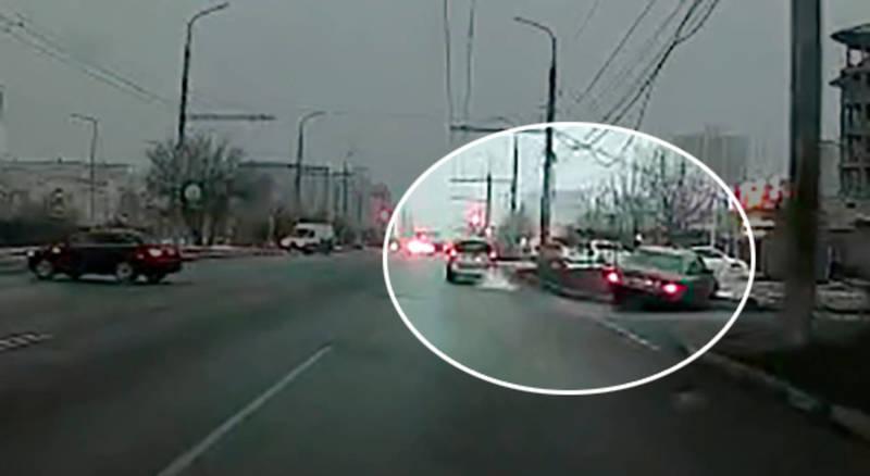 «Тойота» устроила ДТП на Ахунбаева и уехала с места аварии. Видео