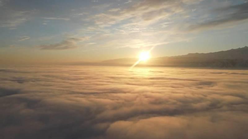 Солнце над пеленой тумана и смога в Бишкеке. Видео с дрона