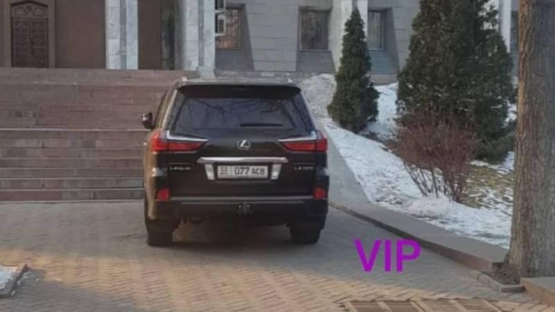 Возле Белого дома Lexus LX 570 припаркован в неположенном месте. Фото горожанина