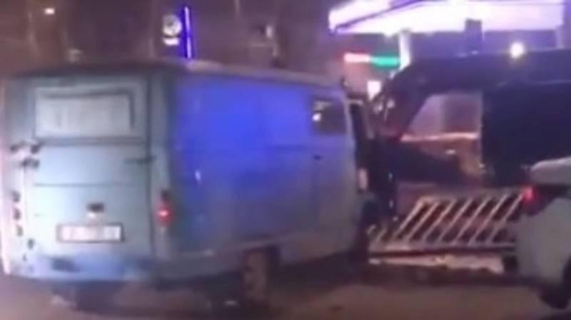 ДТП возле Аламединского рынка. Машина снесла разделитесь на 7 апреля. Видео