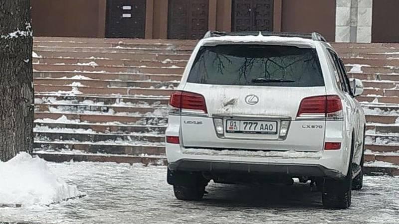 Возле Белого дома в неположенном месте вновь припаркован Lexus LX 570. Фото