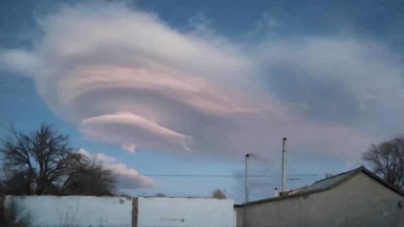 Необычные облака в небе над Балыкчы. Фото