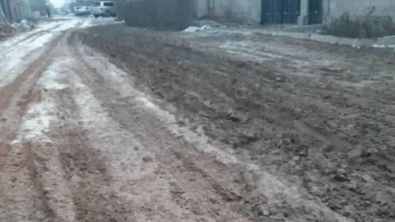 В Алтын-Ордо перекопали дорогу для газификации, а теперь там грязь и слякоть, - местный житель
