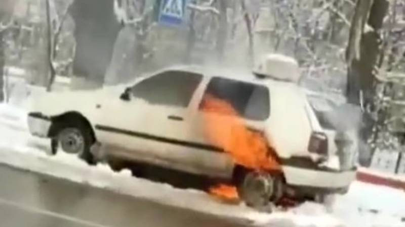 В Бишкеке сгорела учебная машина. Видео