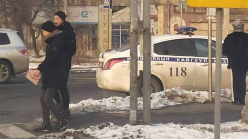 Патрульная машина припаркована на зебре на Жукеева-Пудовкина