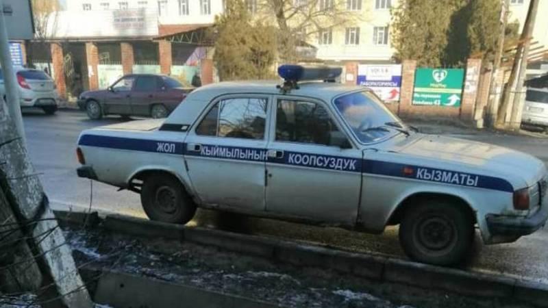 Машина ГУОБДД припаркована над знаком «Парковка запрещена». Фото