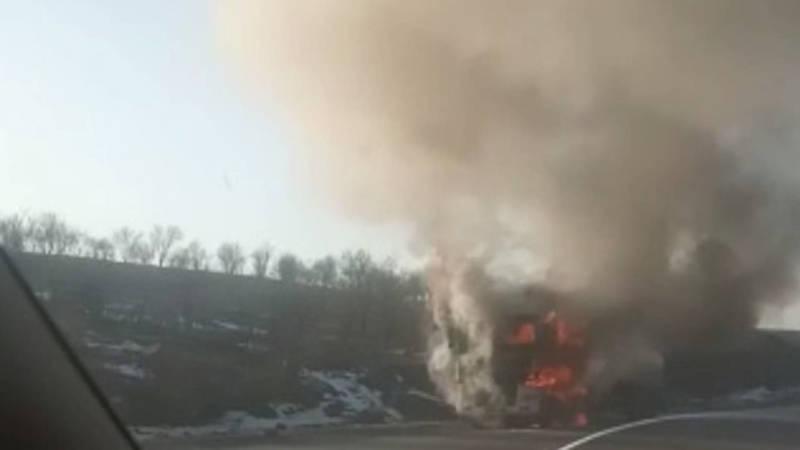 На перевале в Жалал-Абаде горит бензовоз. Видео