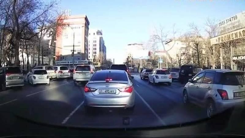 Водитель «Фольксвагена» едва не создал аварию на Токтогула. Видео