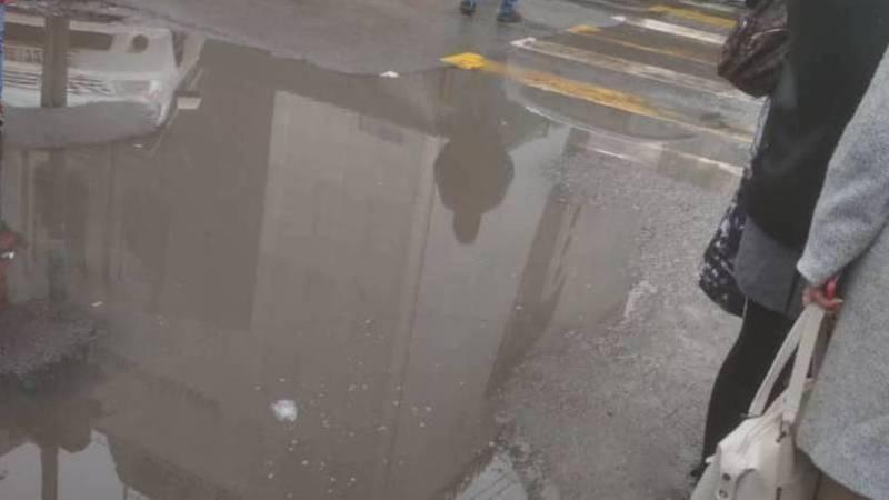 Горожанин жалуется на лужу на тротуаре на проспекте Чуй. Фото