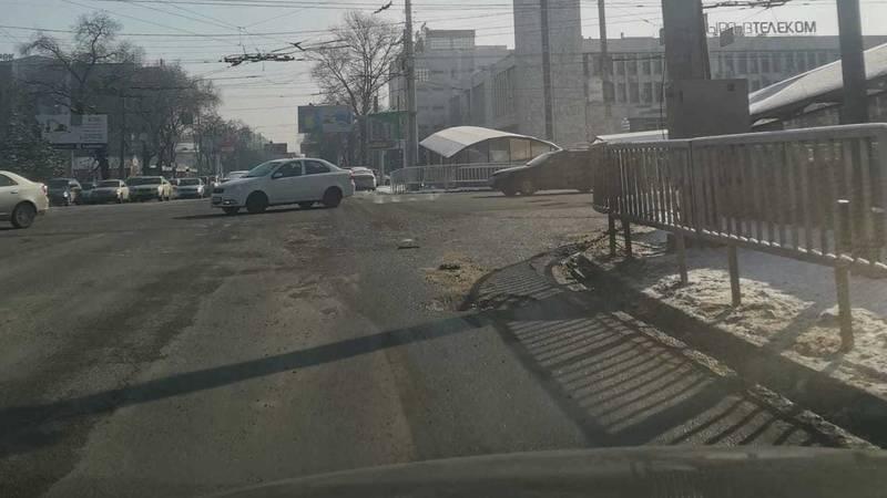«Яма с видом на куранты». Бишкекчанин Төлөгөн жалуется на яму в на дороге. Фото
