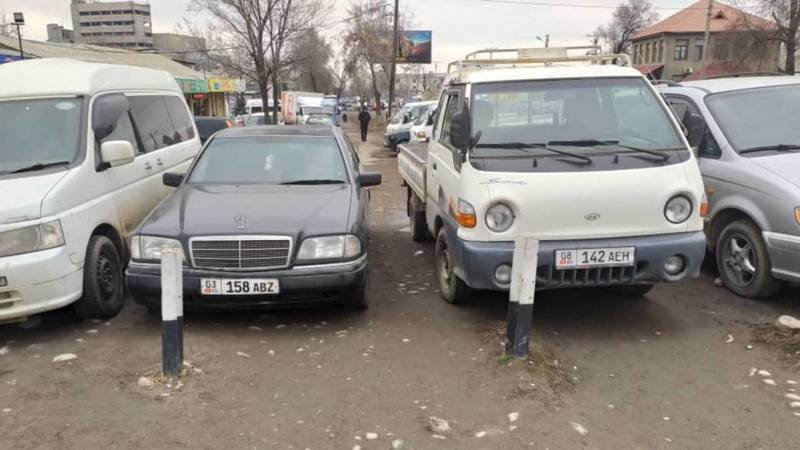 «Портер» и «Мерседес» припаркованы на тротуаре на Некрасова. Фото
