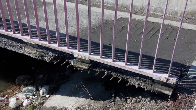 Дырки и оголенная арматура. Опасная ситуация на мосту по улице Алма-Атинская