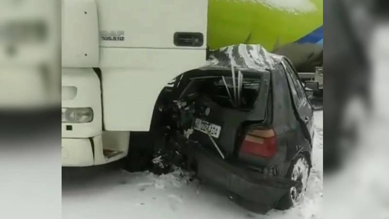 Бензовоз раздавил Гольф на скользкой дороге