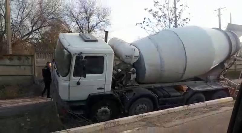 На окраине Бишкека бетоновоз едва не перевернулся, съехав с дороги