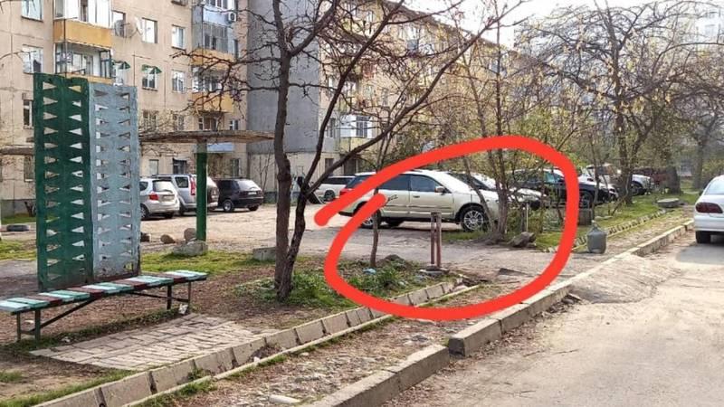 Законно ли жители дома №21 в 10 мкр огородили проезжую часть? Фото местного жителя