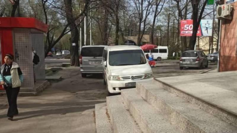 Два минивэна припарковались на тротуаре на Молодой Гвардии. Фото